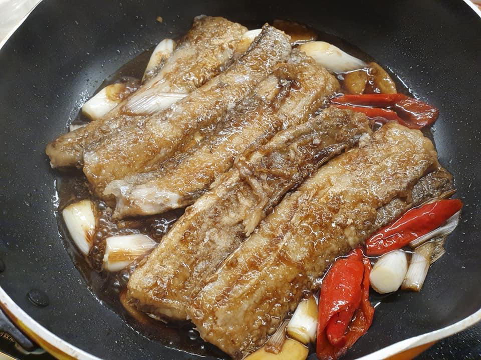 Cooking Jiang Shao Dai Yu (Sauce Braised Ribbon Fish)