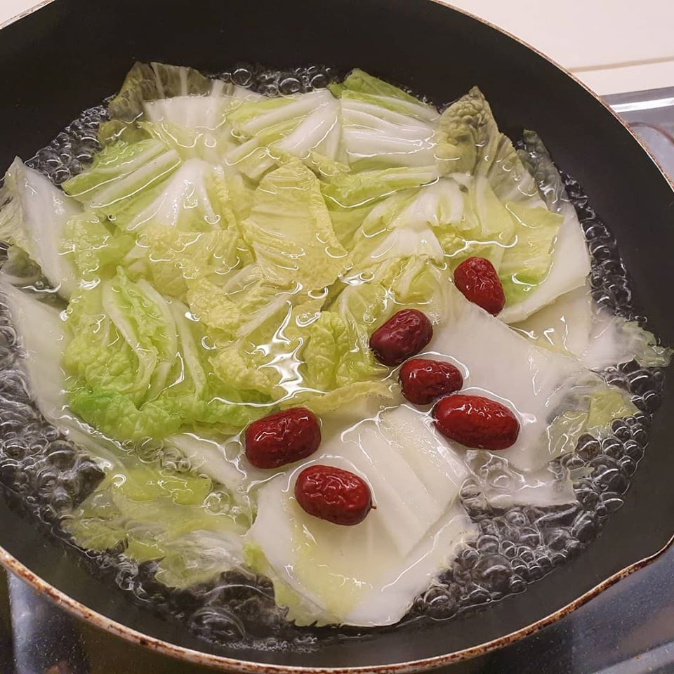 Knorr Aromat granules to boil Long Cabbage and Red Dates till soft
