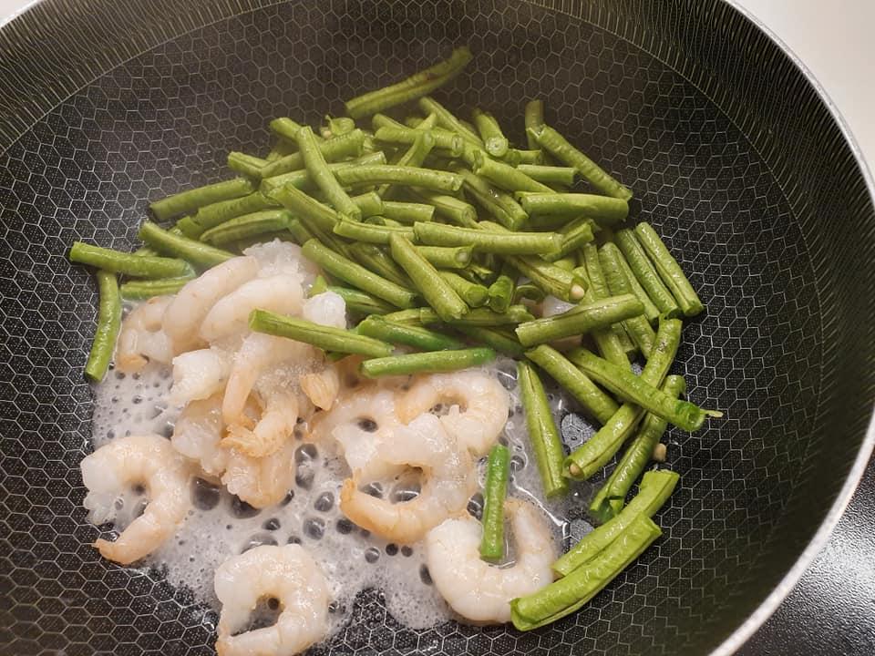 Sauting prawn and long beans